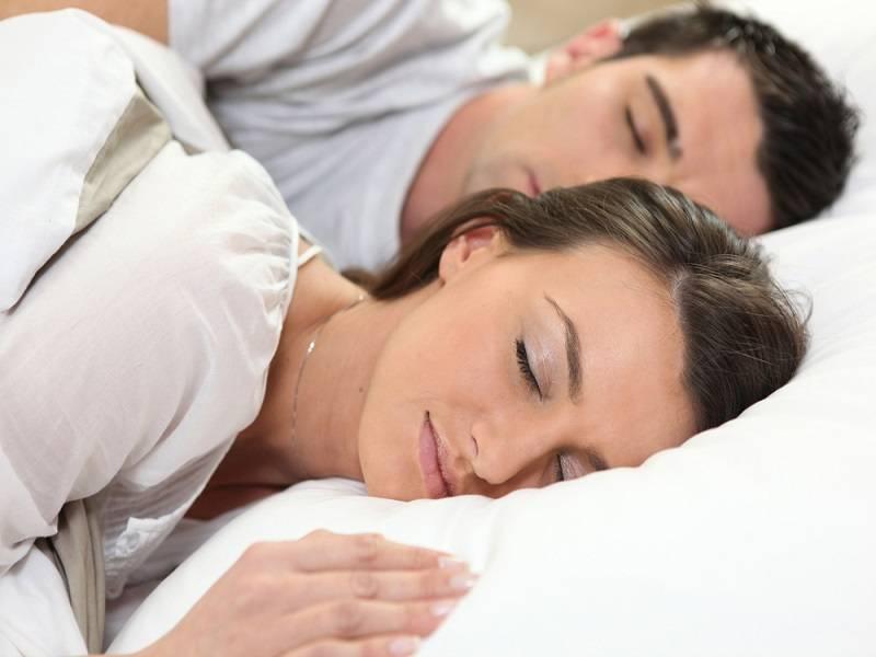 ¿Dormir en pareja es mejor?
