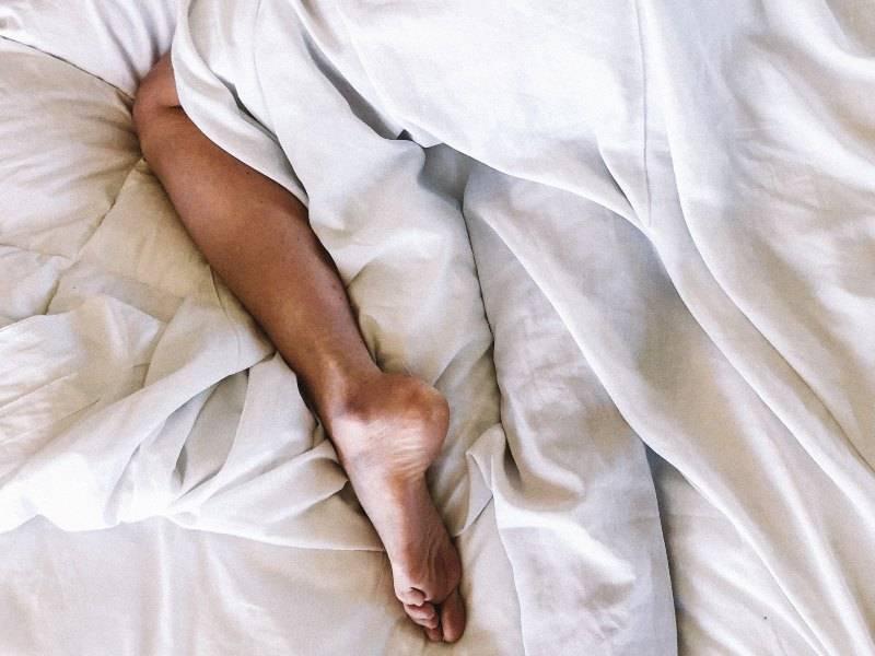 Dolor de piernas en la cama, causas y cómo prevenirlo